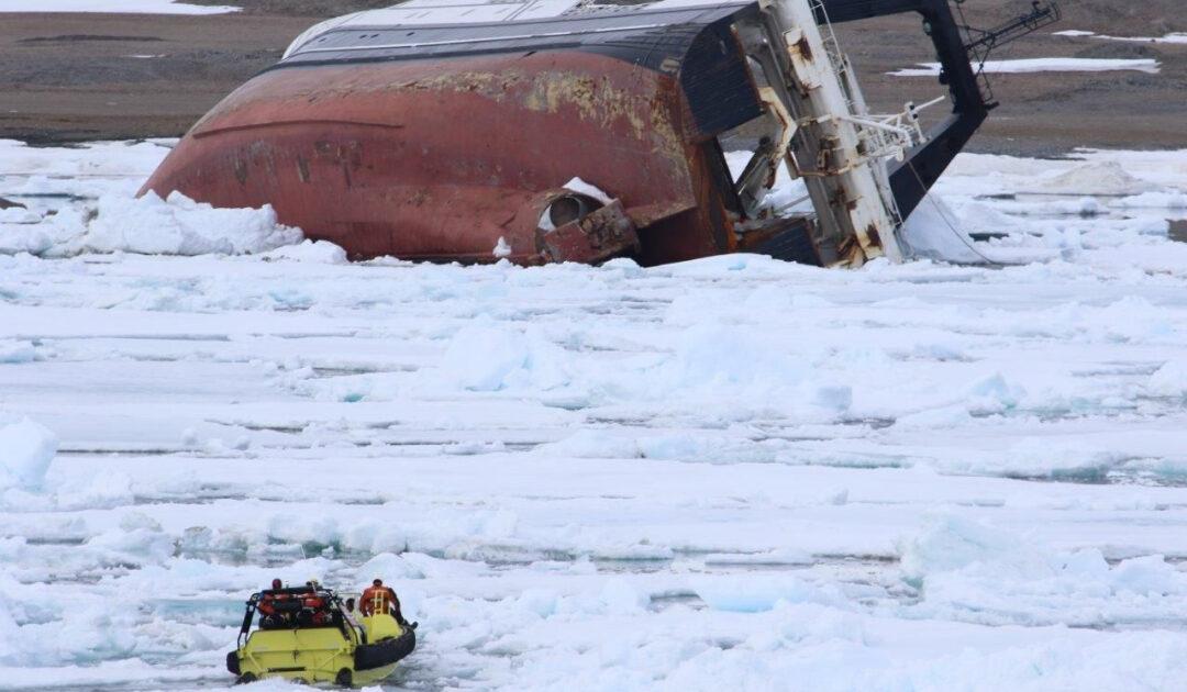 Havariertes Schiff soll aus Hinlopenstrasse abgeschleppt werden