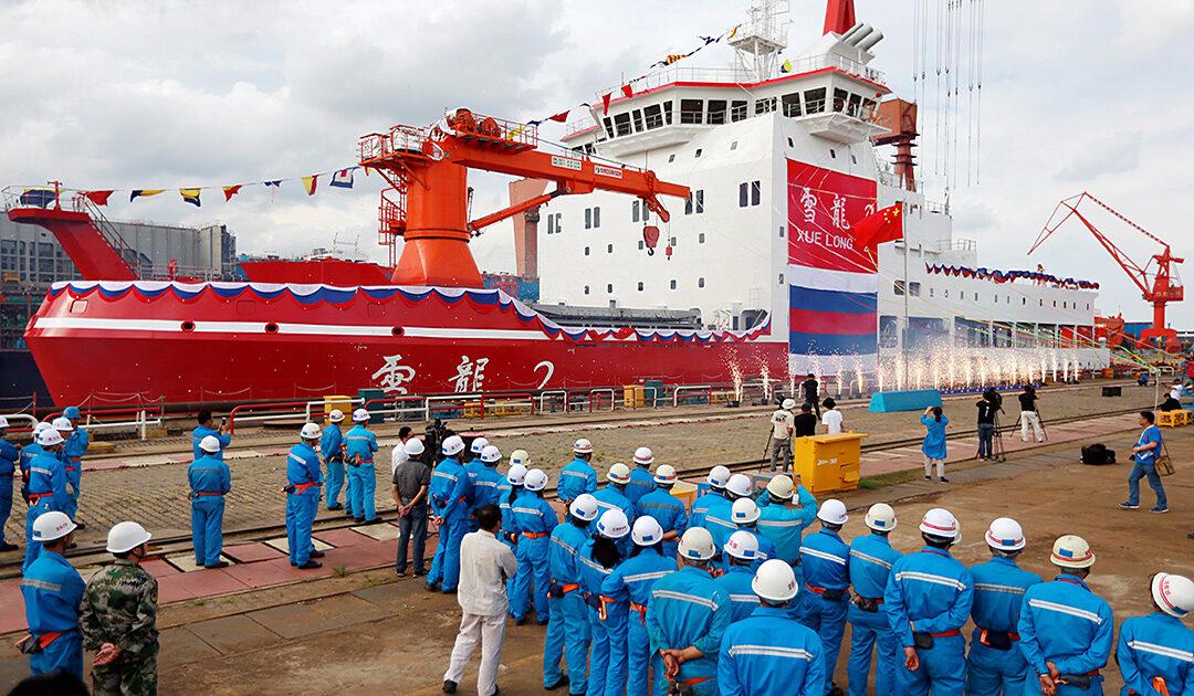 Der erste in China gebaute Eisbrecher auf Jungfernfahrt