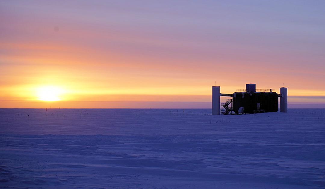 Auf der Suche nach Erklärungen über Teilchenanomalie in der Antarktis