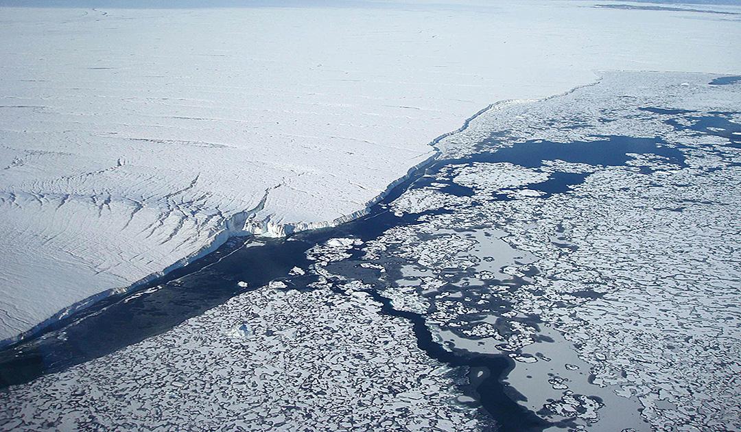 Wie das Meer am Gletscher nagt