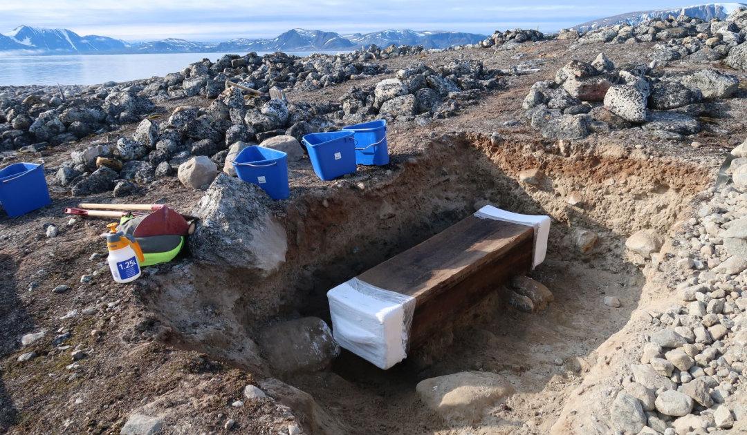 Über 300-Jähriger Sarg auf Svalbard enthält überraschenden Fund