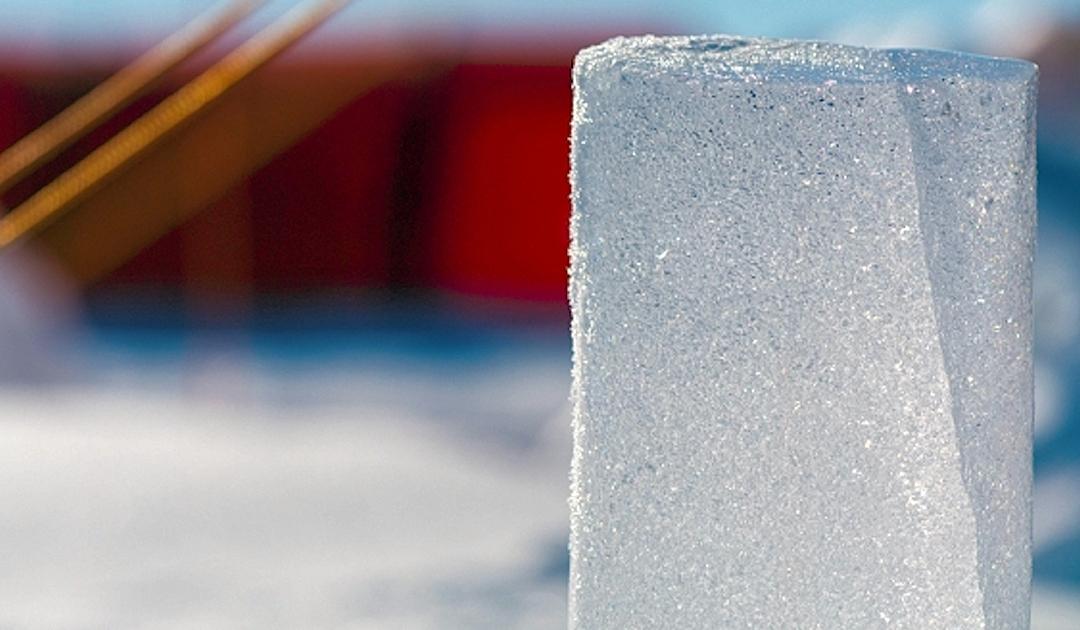 Dieses Bild hat ein leeres Alt-Attribut. Der Dateiname ist Antarctic-ice_core_-_web_1_neu.jpg