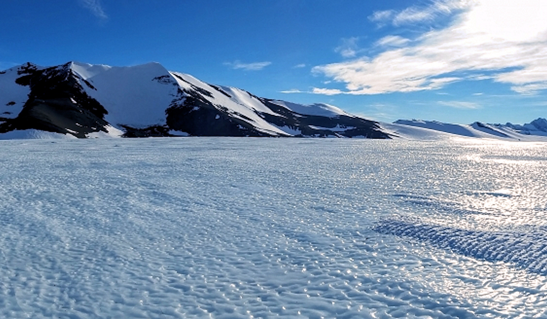Dieses Bild hat ein leeres Alt-Attribut. Der Dateiname ist Antarctic-patriot_hills_and_blue_ice_panorama_copy_1_neu.jpg