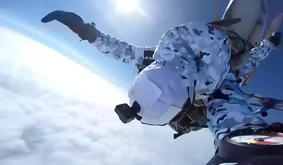 Russische Fallschirmjäger springen aus 10.000 Meter