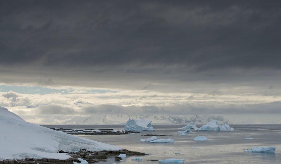 Dunkle COVID-19-Wolken über der Antarktissaison