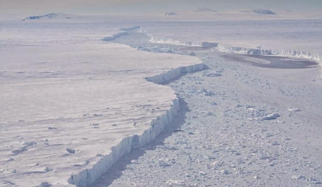 Risse im Eis beschleunigen Eisschelfzusammenbruch