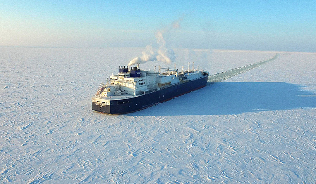 LNG-Frachter durchfährt im Winter die Nordost-Passage