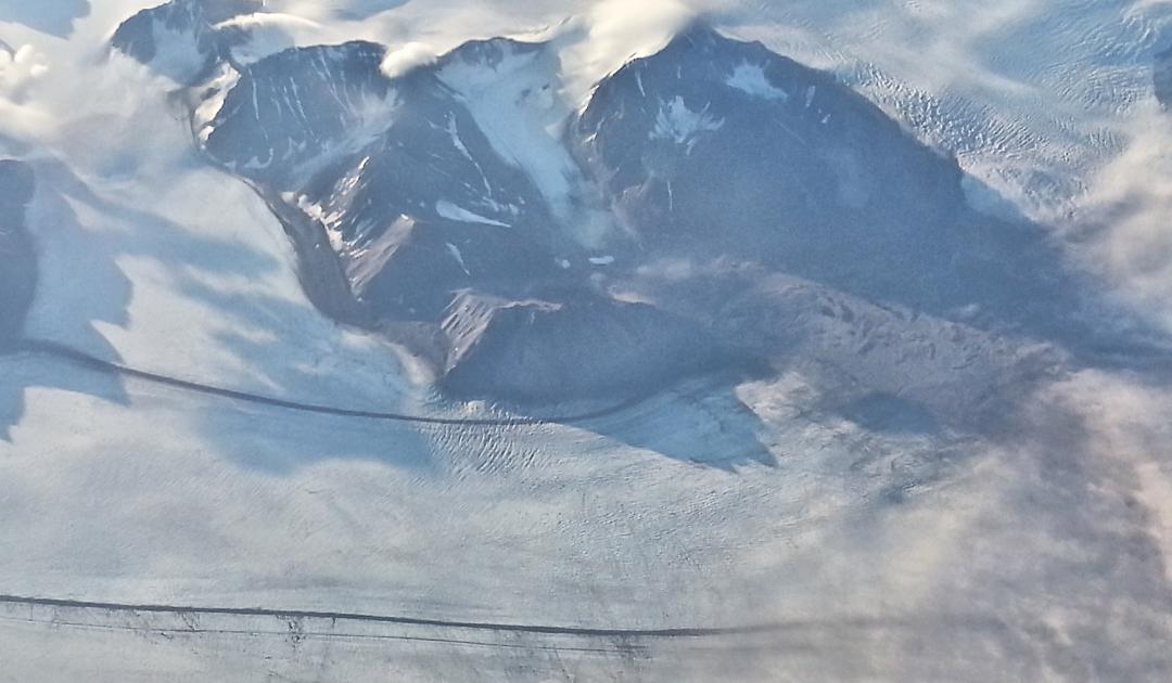 Satellit entdeckt Gletscherspalten auch unter Schnee