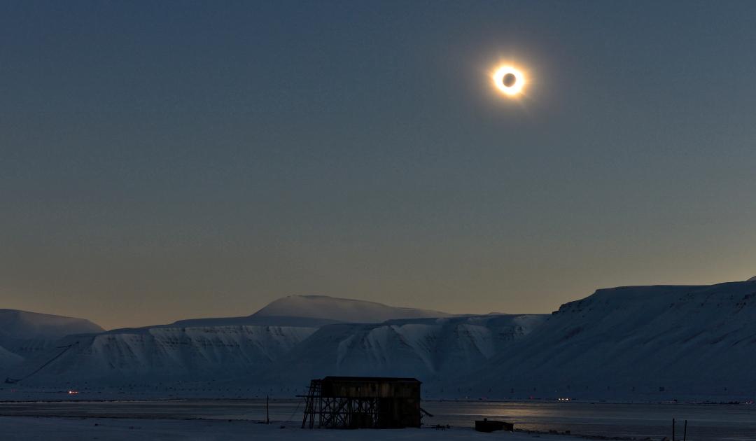 Sonnenfinsternis mit Feuerring rund um die Arktis