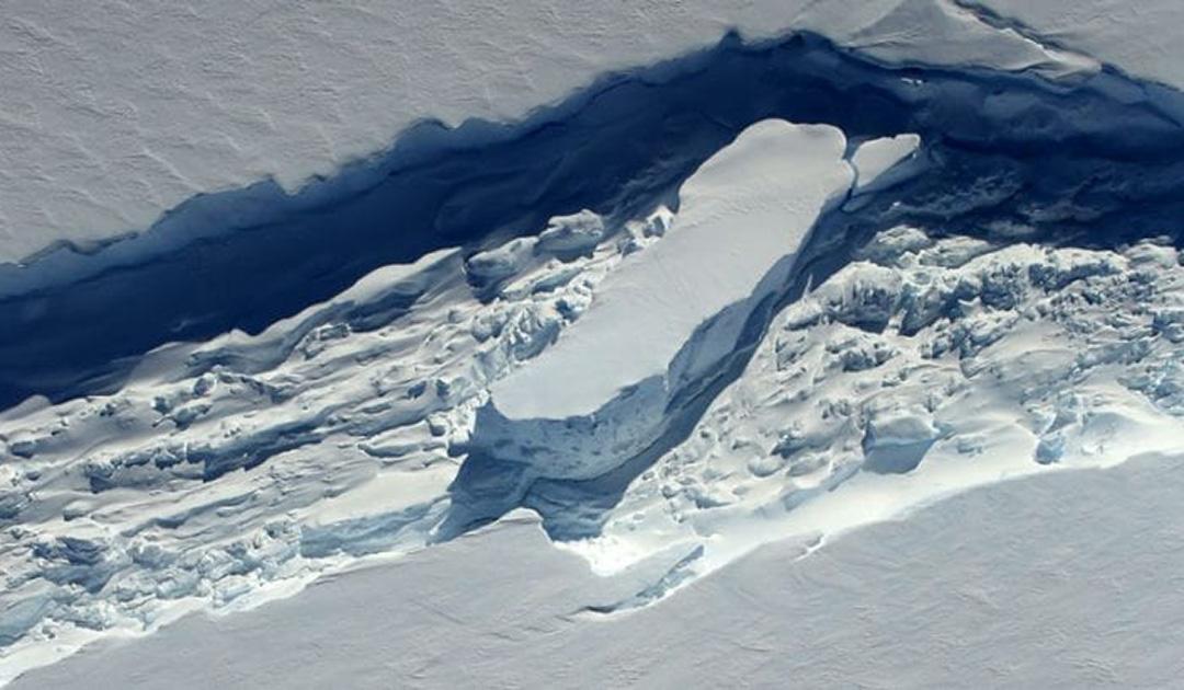 Abnahme von Eisbrei lässt antarktische Eisschelfe schneller kalben